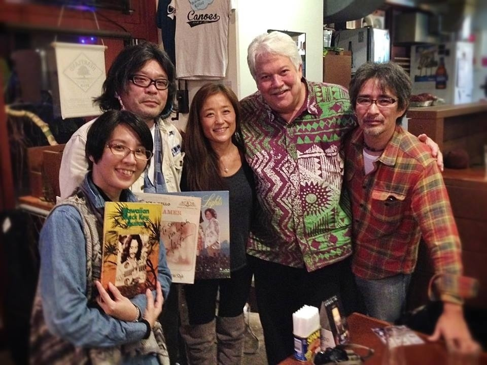 インタビュー後、スタッフと記念撮影。左から、遠藤裕子、シュウ・スズキ、MAKALANI、Keola Beamer、市村慎一郎